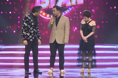 Giữa ồn ào giải nghệ, MC Quyền Linh đi dép tổ ong lên sân khấu