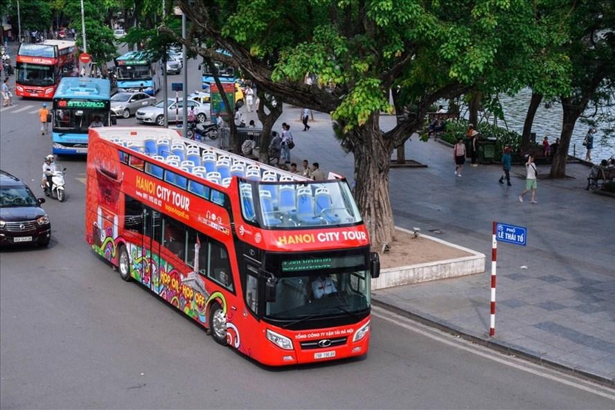 Xe buýt 3 tầng mui trần ở Hà Nội phục vụ người dân và khách du lịch.  Ảnh: PHAN ANH PHÚ
