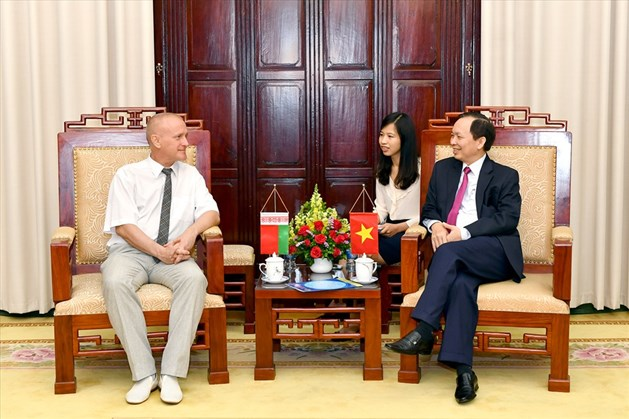 Chủ tịch Công đoàn Ngân hàng Việt Nam Đào Minh Tú (bên phải) trao đổi với đại diện Công đoàn ngành Tài chính - Ngân hàng Belarus. Ảnh: N.H