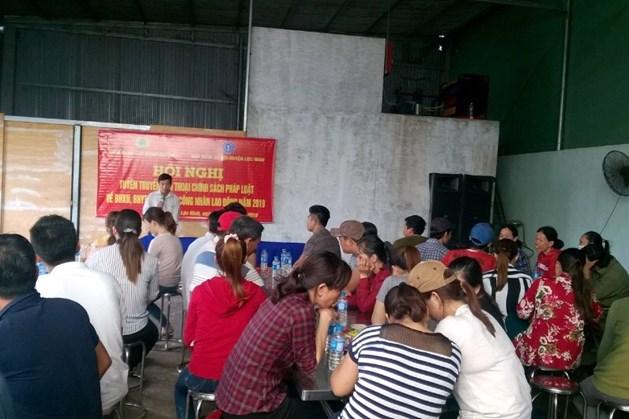 Chuyên viên Bảo hiểm xã hội huyện Huỳnh Anh Tuấn triển khai một số chính sách BHXH, BHYT, BHTN cho công nhân lao động tại công ty.