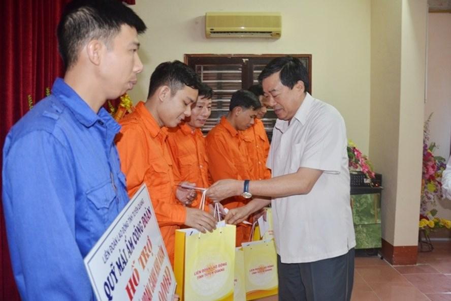 Phó Bí thư Thường trực Tỉnh ủy Tuyên Quang Nguyễn Hồng Thắng tặng quà cho CNLĐ khó khăn. Ảnh: B.T