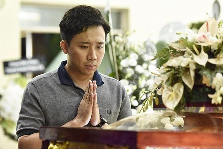 Trấn Thành lặng lẽ viếng nghệ sĩ Lê Bình. Ảnh: Danviet.