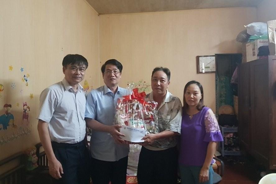 Đồng chí Lê Phan Linh (thứ hai từ trái sang) - Chủ tịch CĐ TCty Hàng hải Việt Nam trao quà hỗ trợ cho NLĐ có hoàn cảnh khó khăn. Ảnh: C.L