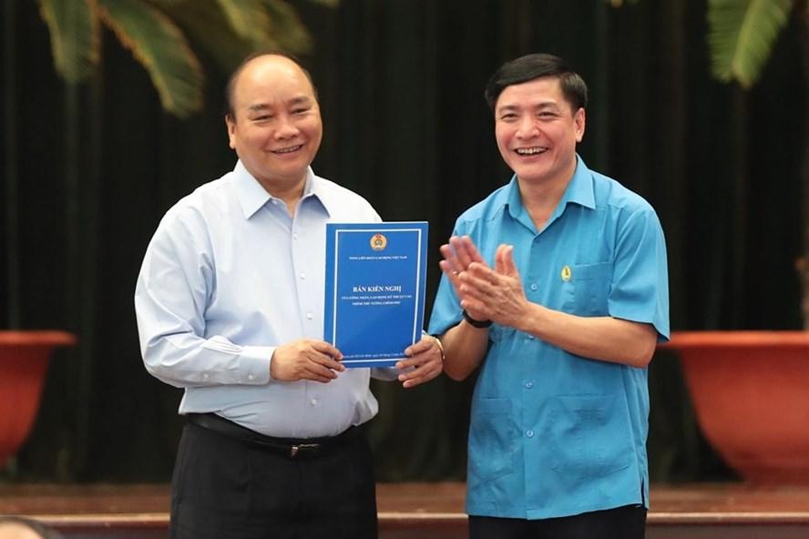 Chủ tịch Tổng LĐLĐVN Bùi Văn Cường thay mặt công nhân lao động gửi kiến nghị đến Thủ tướng Nguyễn Xuân Phúc. Ảnh: Sơn Tùng