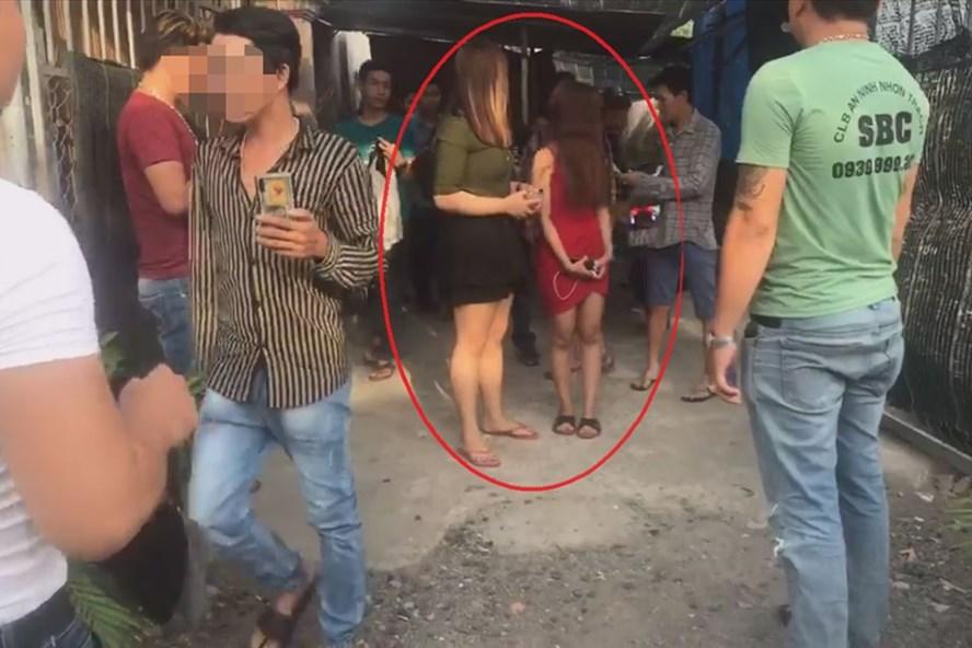Hai cô gái bị lừa vào làm quán quà phê có hoạt động kích dục được giải cứu.