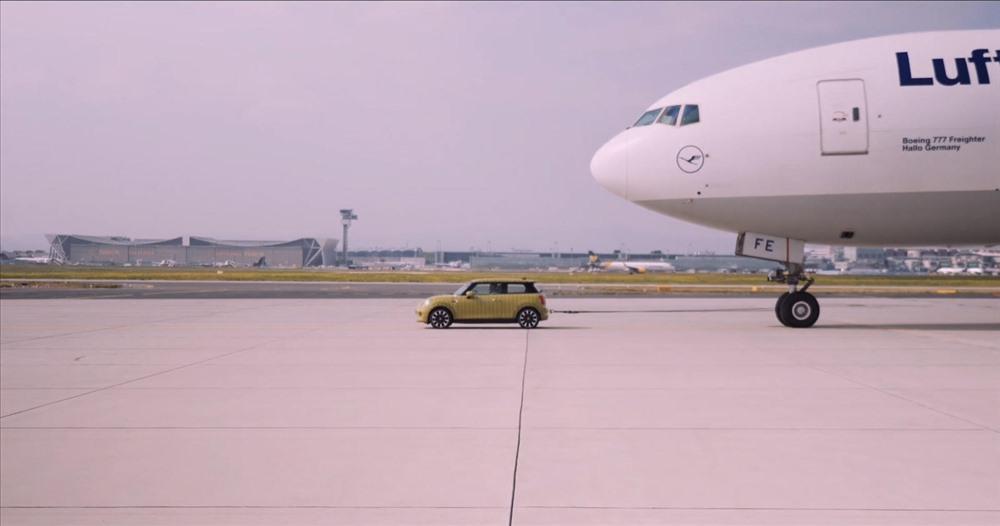 Tuy vây, mẫu xe điện Mini trên vẫn kéo chiếc Airbus đi một đoạn dài. Ảnh: Carbuzz