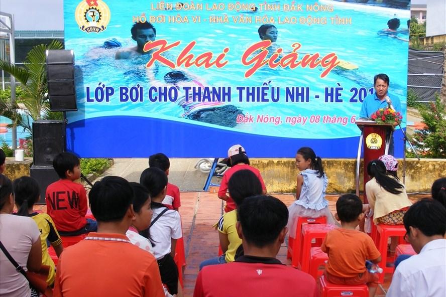 LĐLĐ Đắk Nông tổ chức các lớp dạy bơi miễn phí cho khoảng 300 học sinh. Ảnh: Quang Hùng