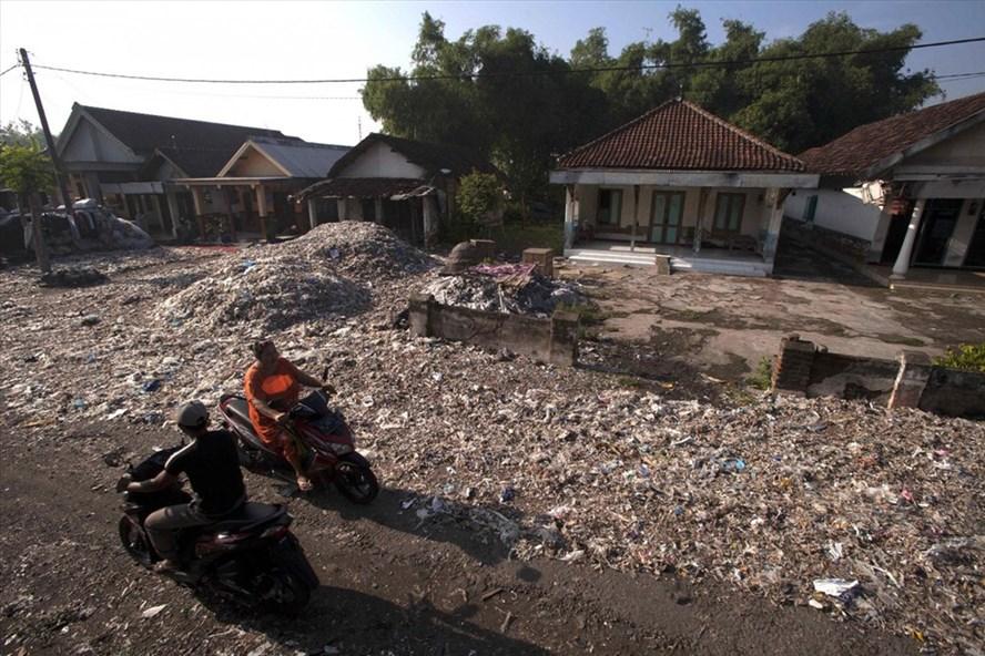 Indonesia trả lại 5 container rác thải cho Mỹ. Ảnh: Jakarta Post.