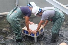 """Mục sở thị """"bảo bối thép"""" được lắp thêm để làm sạch bùn sông Tô Lịch"""