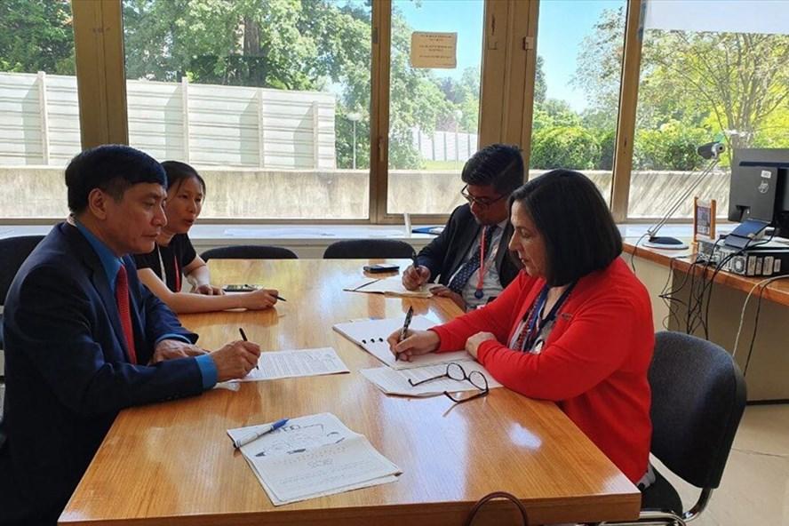 Chủ tịch Tổng LĐLĐVN Bùi Văn Cường (bên trái ảnh) làm việc với Giám đốc Ban hoạt động Công nhân của ILO. Ảnh: B.Đ.N