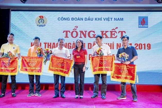 Đồng chí Nghiêm Thùy Lan – Chủ tịch CĐ DKVN  trao giải Nhất toàn đoàn cho Vietsovpetro.
