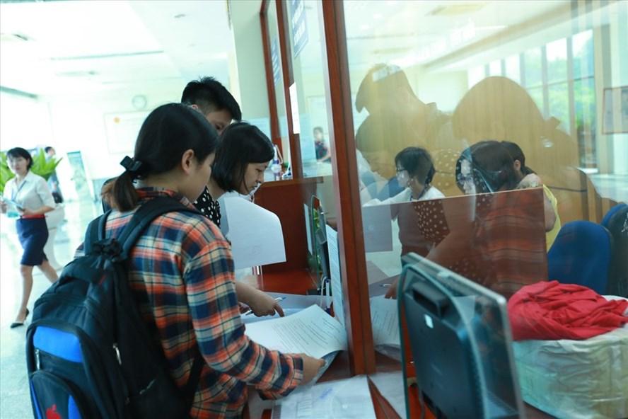 Kê khai nộp thuế, hoàn thuế tại Chi cục Thuế quận Hoàng Mai (Hà Nội). Ảnh: HẢI NGUYỄN