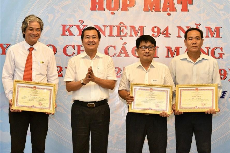 Nhà báo Lục Tùng (thứ hai từ trái sang) tại nhận giải Nhất Giải Báo chí tỉnh Kiên Giang năm 2019. Ảnh: LTH