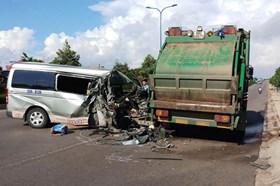 Tin tức giao thông 24h: Xe khách tông xe rác, 13 người thoát chết