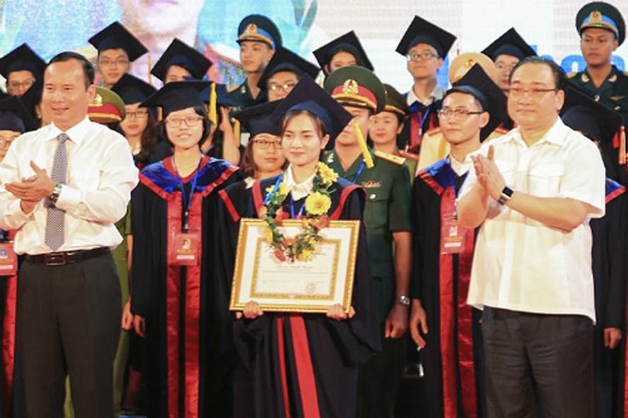 Bí thư Thành ủy Hà Nội Hoàng Trung Hải (bìa phải) trao bằng khen của thành phố cho các thủ khoa đại học. Ảnh: P.V