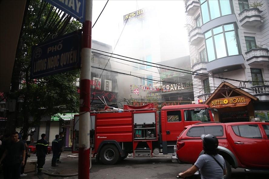 Vụ hoả hoạn xảy ra tại khách sạn A25 (61 Lương Ngọc Quyến, Hà Nội) khiến nhiều người hoảng loạn. Ảnh: Sơn Tùng.