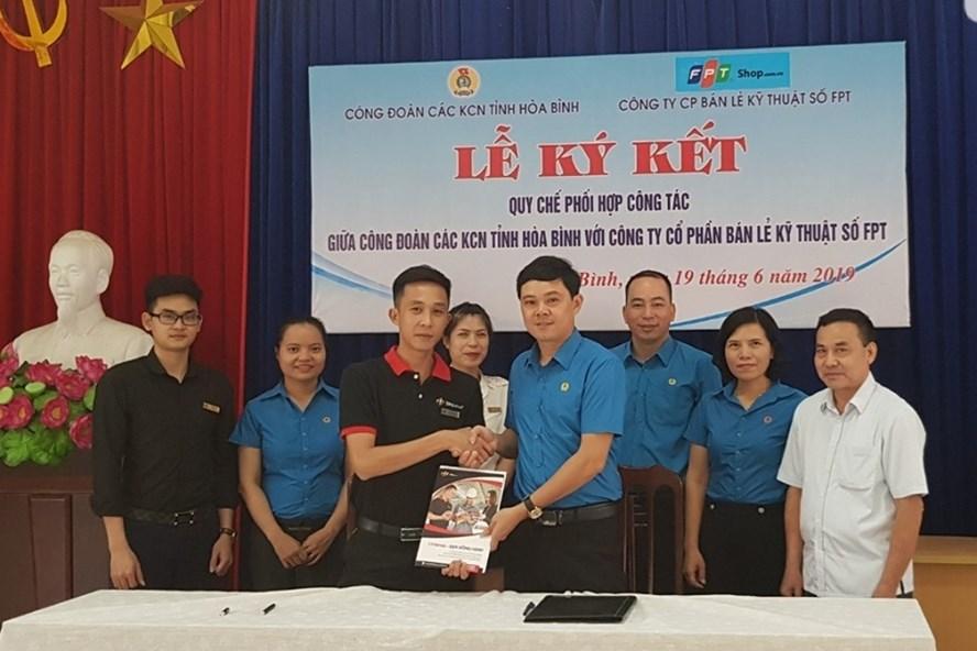 Lễ ký chương trình phúc lợi đoàn viên giữa Công đoàn các KCN tỉnh Hòa Bình và Cty CP bán lẻ kỹ thuật số FPT. Ảnh PV