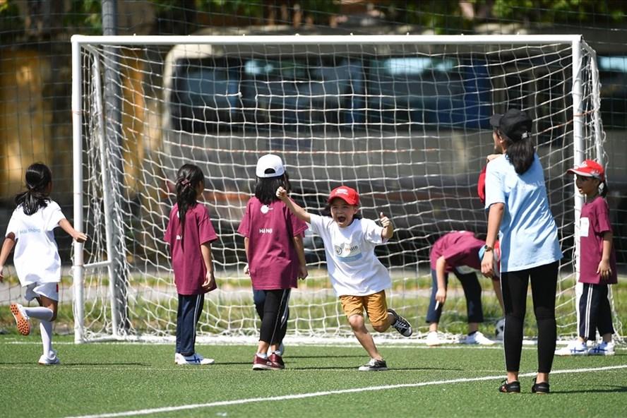 Các trận đấu được tổ chức đồng thời dành riêng cho các bé trai và bé gái với nhóm độ tuổi khác nhau. Ảnh: T.A