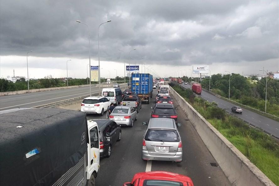 Ùn xe kéo dài trên đường dẫn cao tốc TPHCM - Long Thành - Dầu Giây đoạn Q.2, TPHCM, sáng 28.6.  Ảnh: Tuấn Kiệt