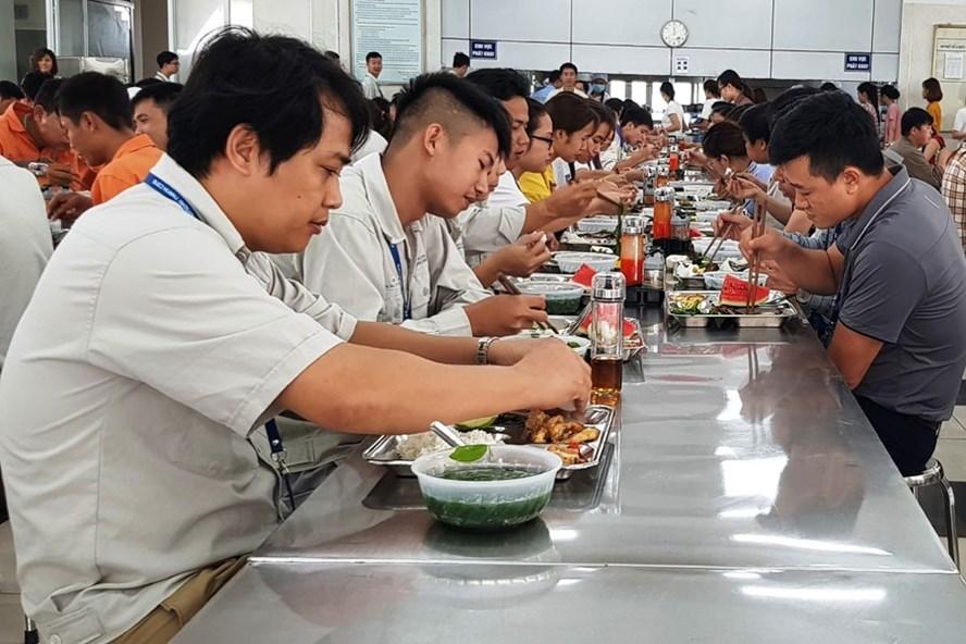 Công nhân ăn ca trưa tại bếp ăn của Cty. Ảnh: NGUYỄN TRƯỜNG