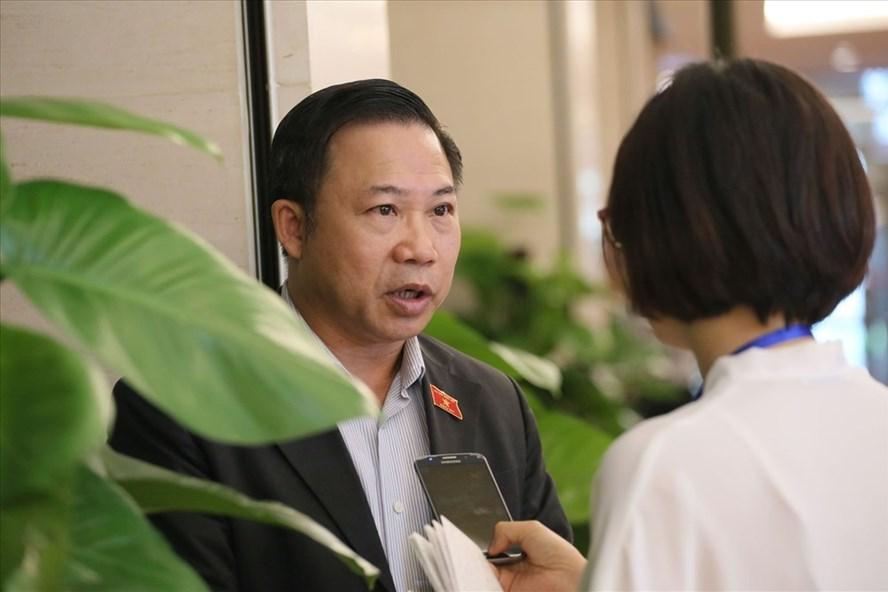 Đại biểu Lưu Bình Nhưỡng trả lời báo chí bên hành lang Quốc hội chiều 6.6 về đơn kêu cứu của bà Lê Hoàng Diệp Thảo. Ảnh: Lê Bảo