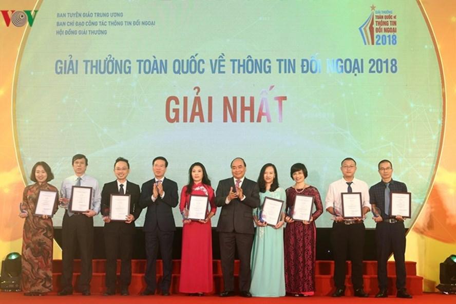 Thủ tướng Nguyễn Xuân Phúc và Trưởng Ban Tuyên giáo Trung ương Võ Văn Thưởng trao chứng nhận cho các tác giả đoạt giải Nhất. Ảnh: VOV