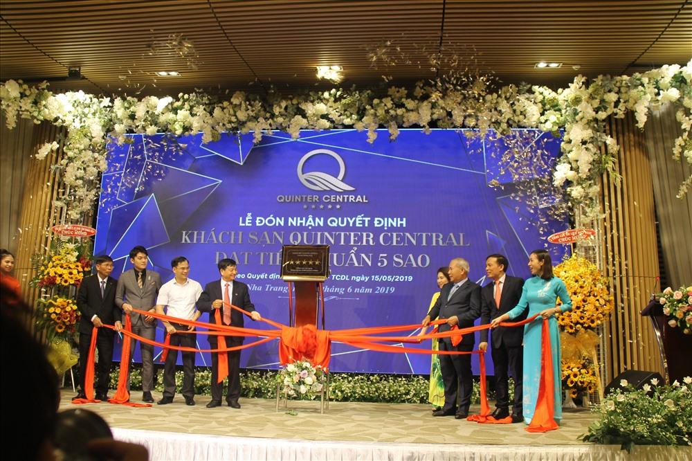 Lễ gắn hạng 5 sao cho khách sạn Quitner Central Nha Trang. Ảnh: K.L