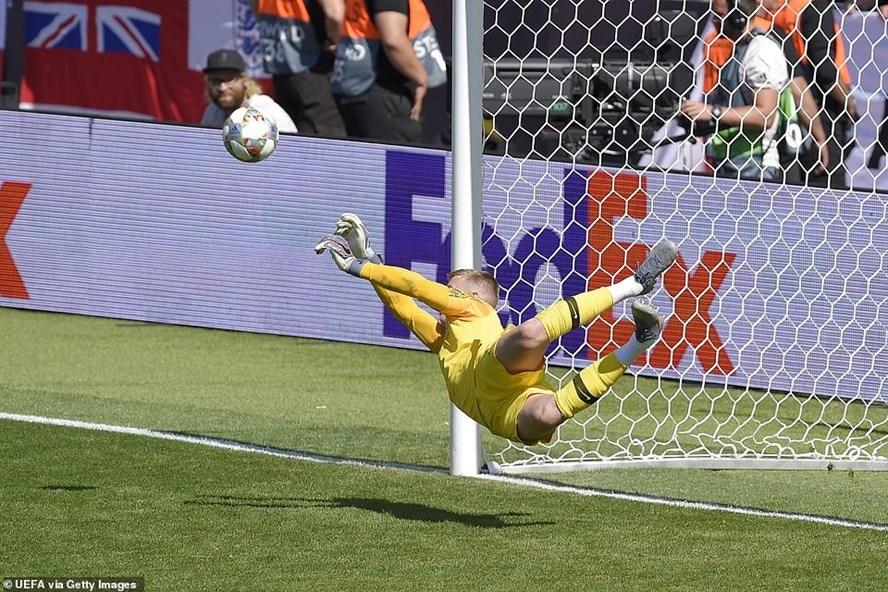 Pickford cản phá thành công quả đá luân lưu của Josip Drmic. Ảnh: Getty Images