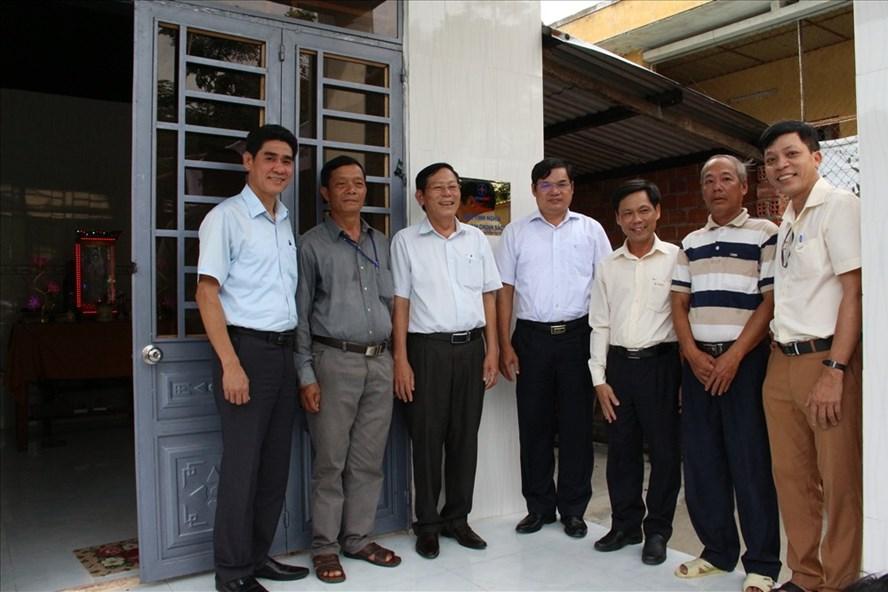 Chính quyền địa phương, lãnh đạo EVNCPC và PC Quảng Nam tại lễ bàn giao nhà tình nghĩa cho gia đình ông Hồ Viết Thi . Ảnh: NP