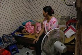 LD2012: Người mẹ nghèo lao đao vì tiền chạy thận cho con