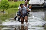 Đường phố Mỹ thành sông, cá bơi trên vỉa hè do mưa lớn trước bão đầu mùa