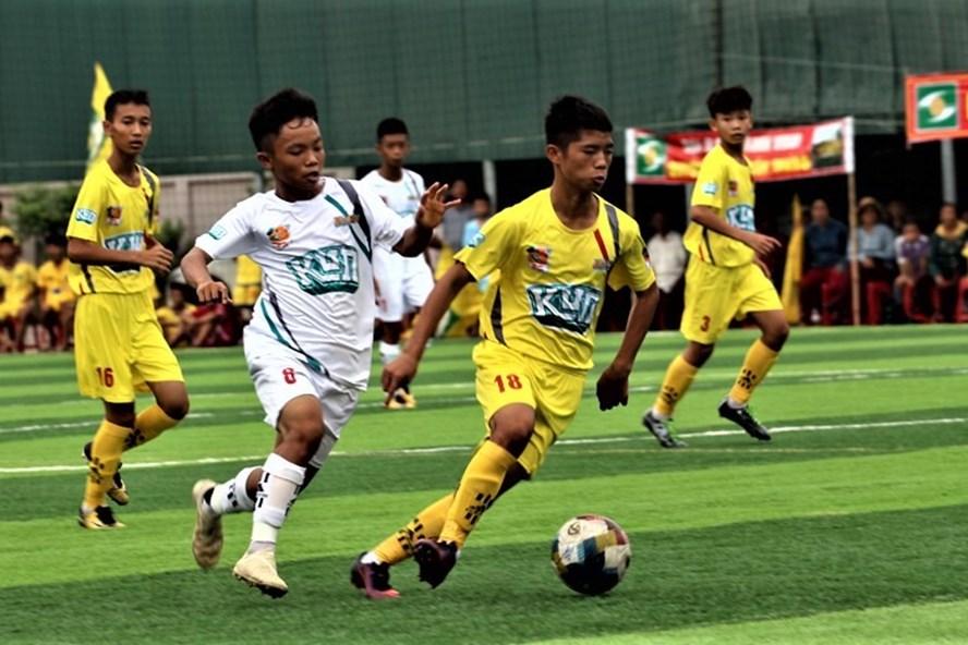Các cầu thủ của QHSLF Thành Vinh (áo vàng) sẽ có mặt trong trận chung kết để tăng niềm vui cho những CĐV xứ Nghệ?