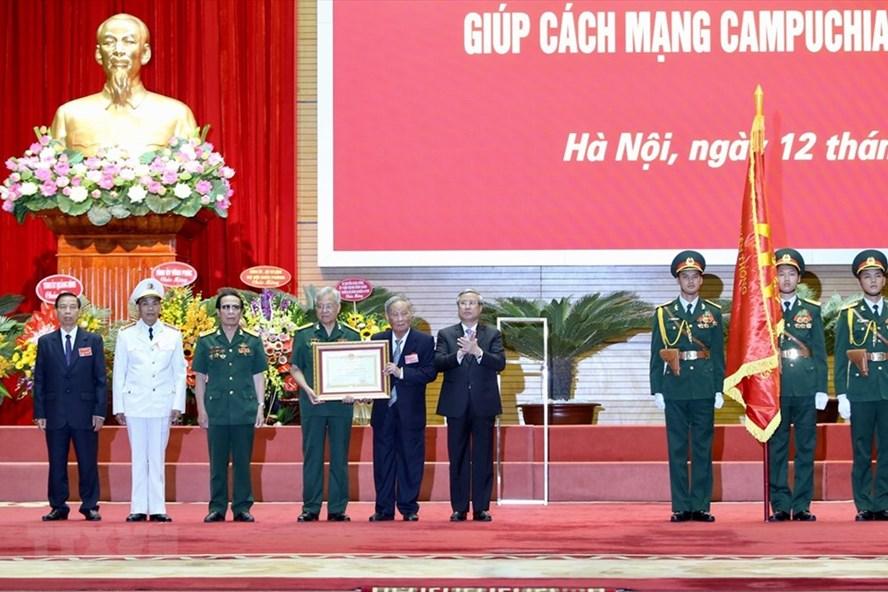 Ông Trần Quốc Vượng Uỷ viên Bộ Chính trị, Thường trực Ban Bí thư Trung ương Đảng trao Huân chương Sao vàng của Chủ tịch nước cho Lực lượng chuyên gia Việt Nam giúp Cách mạng Campuchia. Ảnh: TTXVN.