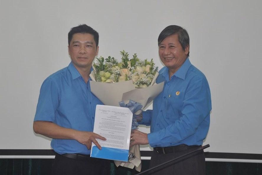 Đồng chí Trần Thanh Hải- Phó Chủ tịch Thường trực Tổng LĐLĐVN - trao Quyết định và tặng hoa chúc mừng đồng chí Hoàng Ngọc Tú. Ảnh: Quế Chi