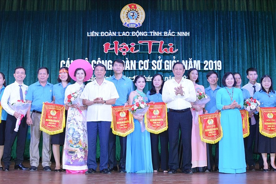 Các đồng chí lãnh đạo tỉnh tặng hoa và Cờ lưu niệm chúc mừng các đơn vị tham gia Hội thi.