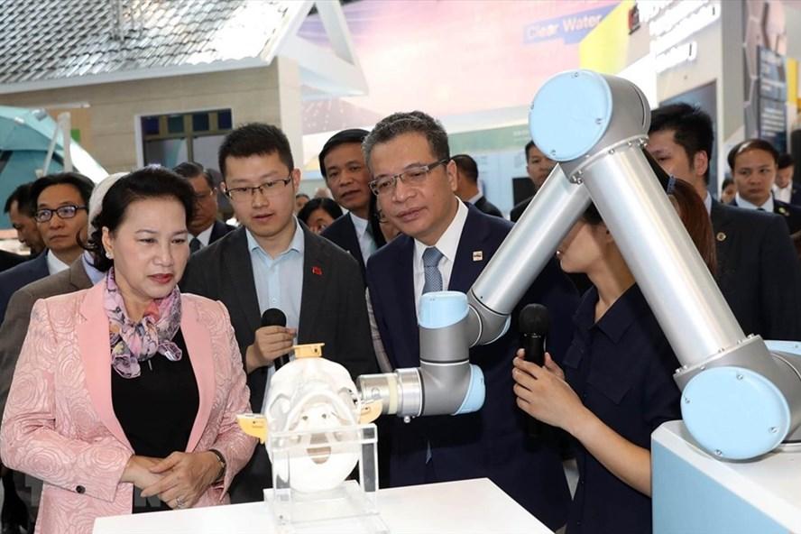 Chủ tịch Quốc hội Nguyễn Thị Kim Ngân cùng đoàn đại biểu cấp cao Việt Nam thăm Khu Công nghệ cao Trung Quan Thôn. Ảnh: TTXVN.