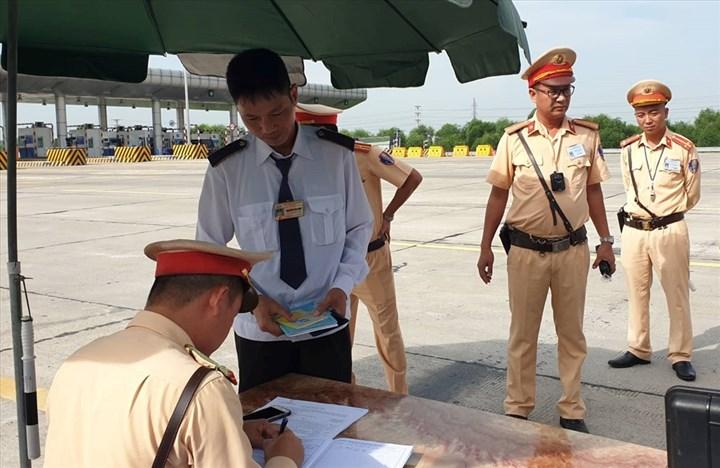 Cảnh sát giao thông gắn camera trước ngực, tổng kiểm tra 4 loại giấy tờ