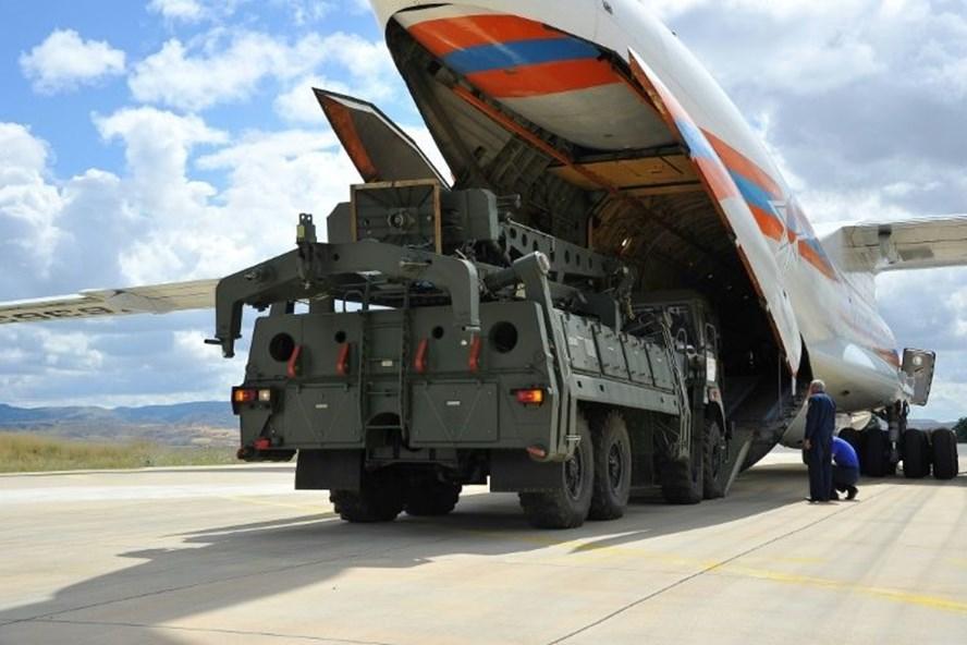 Tổ hợp tên lửa S-400 của Nga đến căn cứ Murted, Ankara, Thổ Nhĩ Kỳ. Ảnh: AFP.