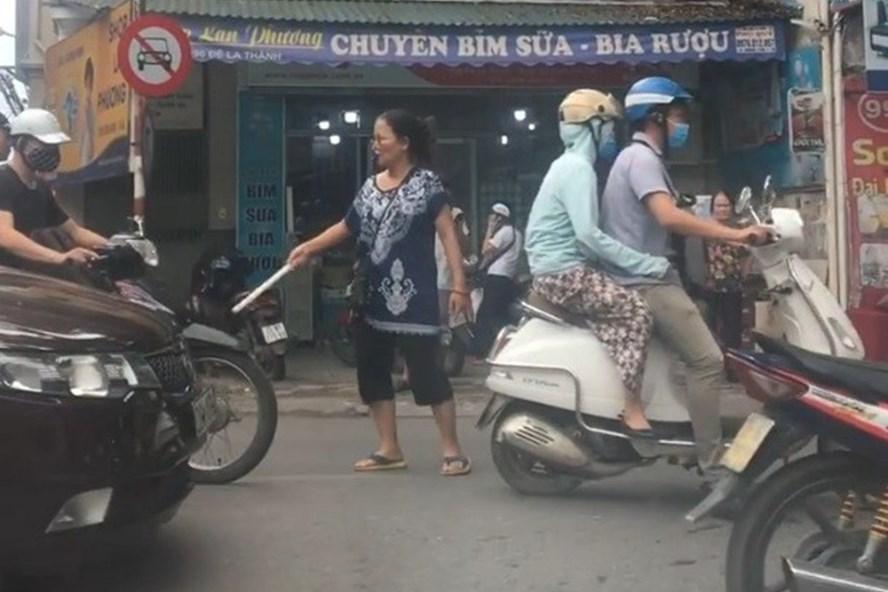 Người phụ nữ phân luồng giao thông trên đường Đê La Thành (Hà Nội). Ảnh: Nguyen Quoc Hai