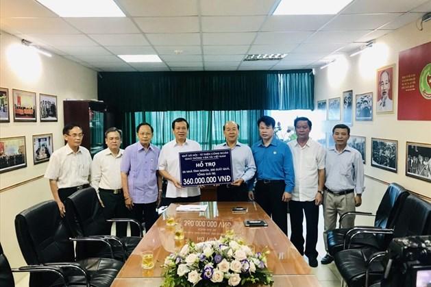 Đồng chí Nguyễn Văn Công (thứ 4, từ trái sang) trao hỗ trợ cho Trung ương Hội Cựu TNXP Việt Nam. Ảnh: Đoàn Cảnh