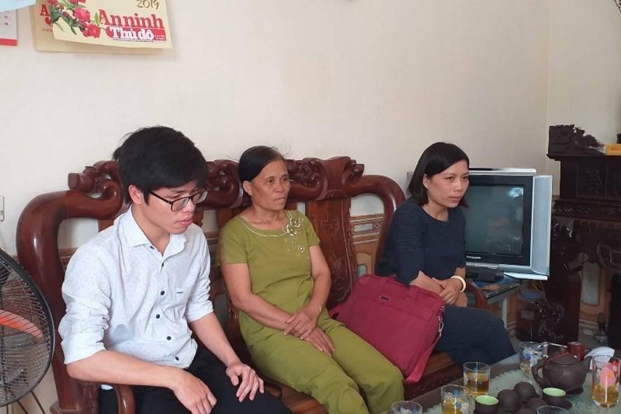 Các giáo viên phản ánh vụ việc với phóng viên Báo Lao Động. Ảnh: PHẠM ĐÔNG