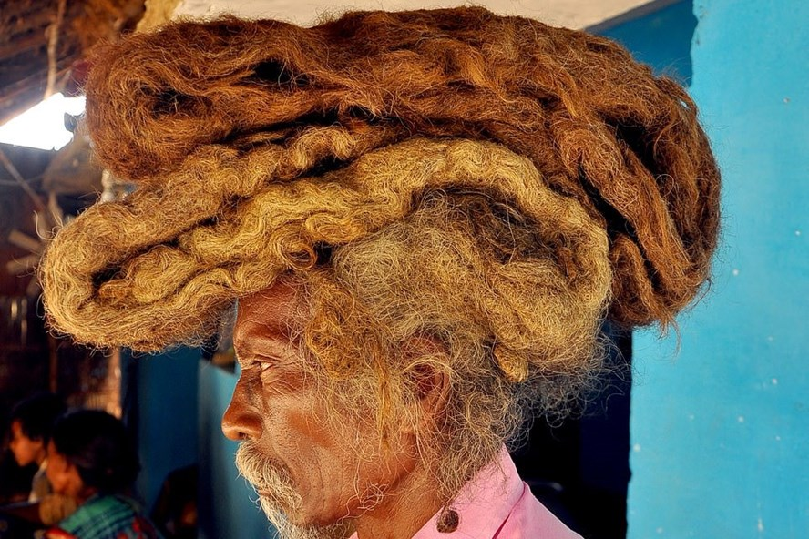 Ông Sakal Dev Tuddu với mái tóc 40 năm không cắt gội. Ảnh: Barcroft Media