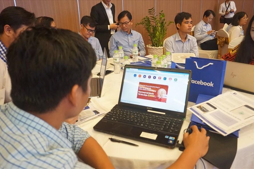 Tập huấn kỹ thuật sử dụng  Facebook trong phòng tránh thiên tai. Ảnh Nhật Hồ.