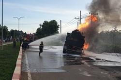 Xe ben đâm xe bồn chở dầu, cha và con trai 6 tuổi tử vong trong đám cháy