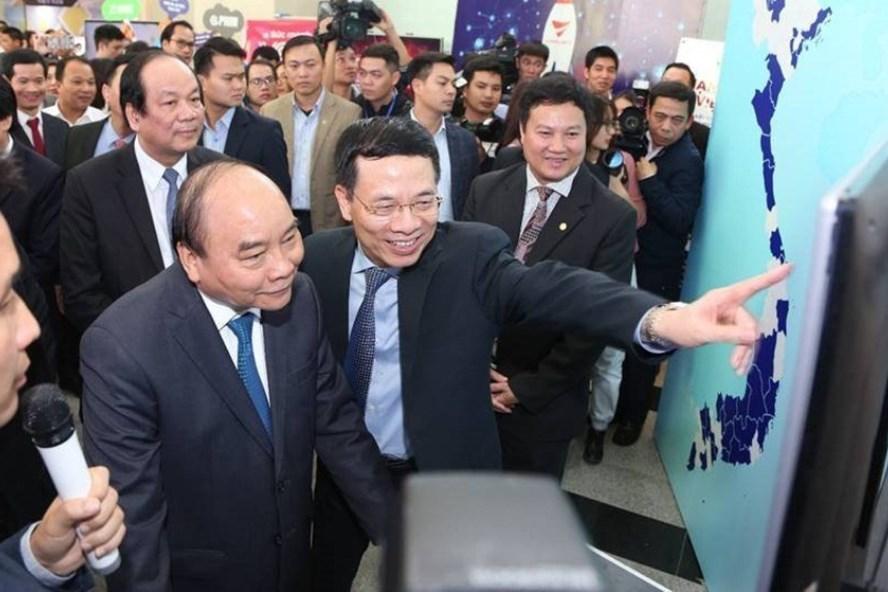 Thủ tướng Nguyễn Xuân Phúc nghe giới thiệu về hình thành mạng xã hội trong nước. Ảnh: T.C