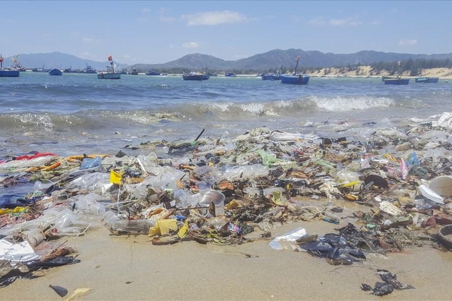 Hàng ngàn túi ni lông, bao bì,.. nổi lềnh bềnh trên mặt biển. Ảnh: N.T