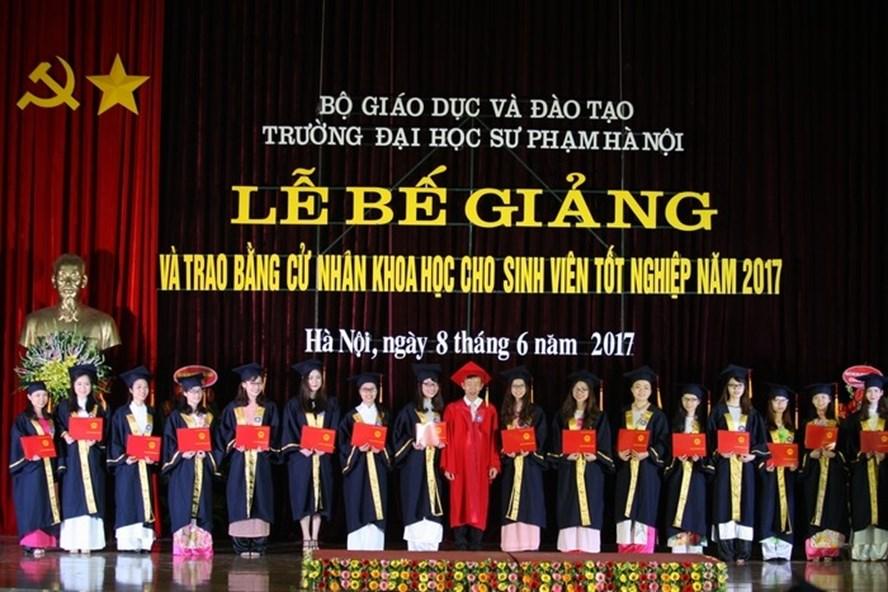 GS Nguyễn Văn Minh - Hiệu trưởng nhà trường trao bằng tốt nghiệp cho sinh viên khoá 63 có thành tích học tập xuất sắc. Sinh viên H.V.N cũng từng được vinh danh trong dịp này. Ảnh: HNUE