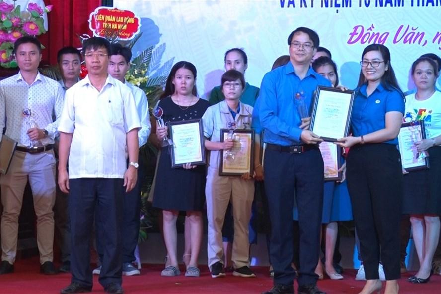 45 cán bộ công đoàn cơ sở tiêu biểu được biểu dương và nhận giấy khen của LĐLĐ tỉnh.