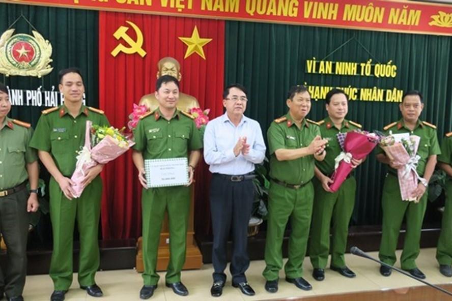 Phó Chủ tịch UBND thành phố Lê Khắc Nam và lãnh đạo Công an thành phố trao thưởng cho các tập thể tham gia Chuyên án 719T. Ảnh: V.H.N.