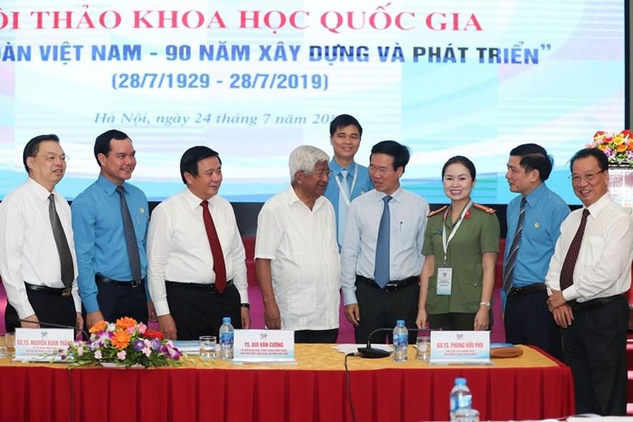 """Các đại biểu trao đổi tại Hội thảo Hội thảo khoa học cấp quốc gia """"Công đoàn Việt Nam - 90 năm xây dựng và phát triển"""" sáng 24.7. Ảnh: SƠN TÙNG"""